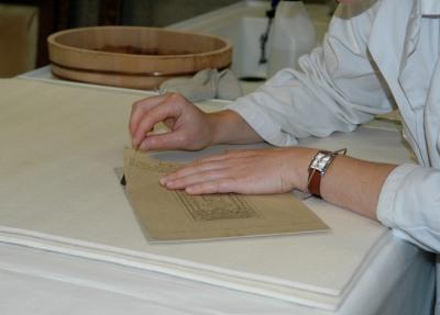 Fonds Laloy : document en cours de restauration : le décollage du calque à l'humide.