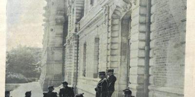 """""""La vie illustrée"""" n°43, jeudi 10 août 1899 (cote 1750/6). Photographie du capitaine Dreyfus sortant du lycée de Rennes. Domaine public."""