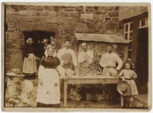 Ouvriers pâtissiers posant devant une maison. Photographie extraite du fonds Luzel, Bibliothèque de Rennes métropole.
