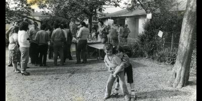 """photographie en noir et blanc : """"Unité de voisinage"""", fête organisée à la cité d'urgence pour choisir ses voisins au square des Collines, 1982, don numérique Guillout, 6 Num 03. Archives de Rennes"""